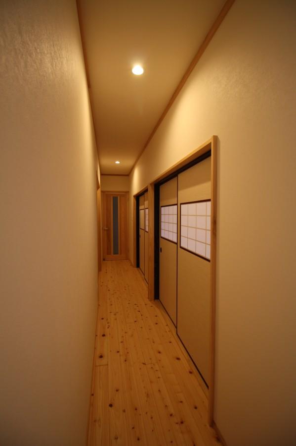 廊下は落ち着いた色みの照明にしています