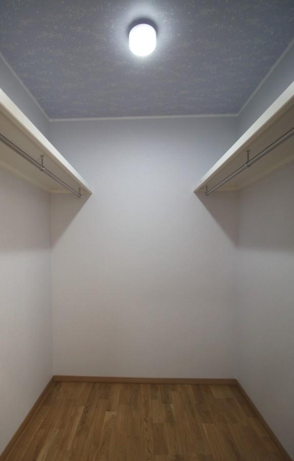 LDKの横に収納スペースたっぷりの空間が・・・薄い水色の壁紙と星をちりばめた天井。勝手口とも近いので重宝しそうな場所です