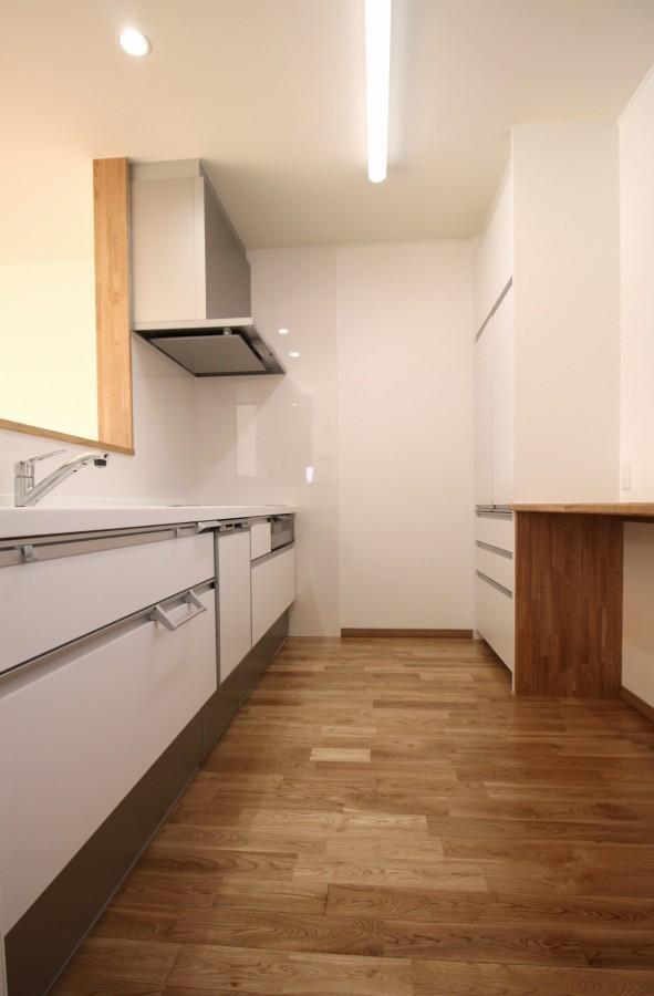 キッチンの色はホワイトで統一、カウンターは造作