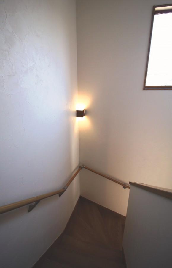 階段には、上下に光を放つ照明器具をご提案