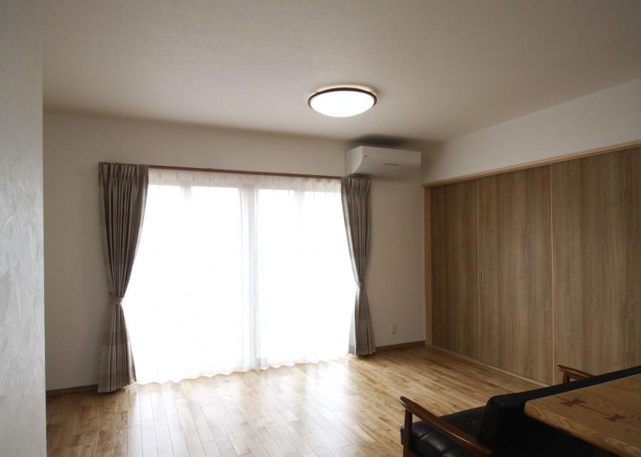 広い窓は、キッチンに立って眺めていてもウキウキしそうです