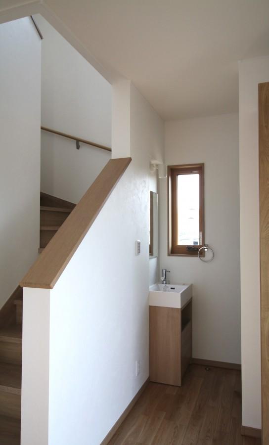 玄関を入ると階段とこだわりの洗面がお出迎え