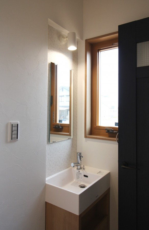 壁を切り欠いて、鏡とスポットライトを設置