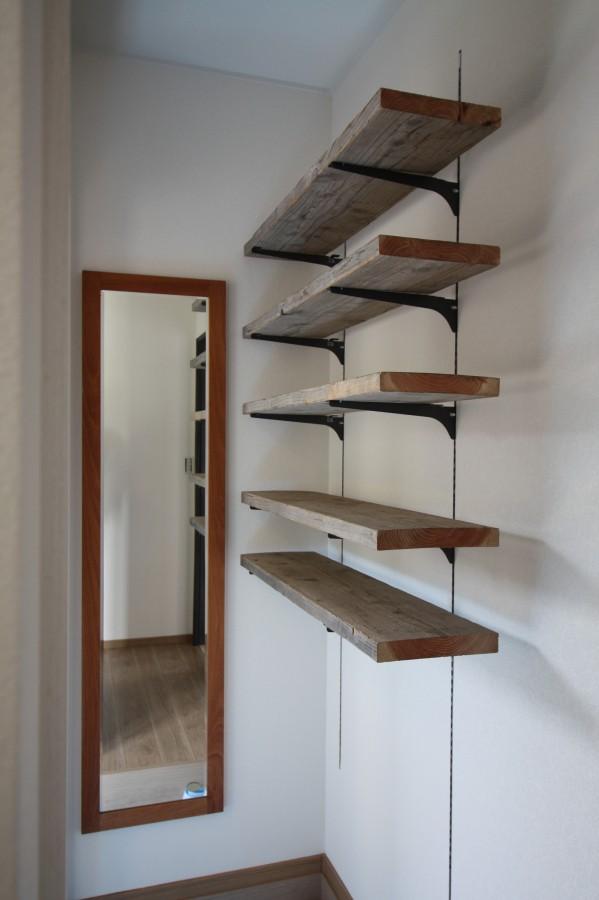 靴を並べる棚は、、、足場板を使用。DIY好きなご夫婦ならではの発想です。