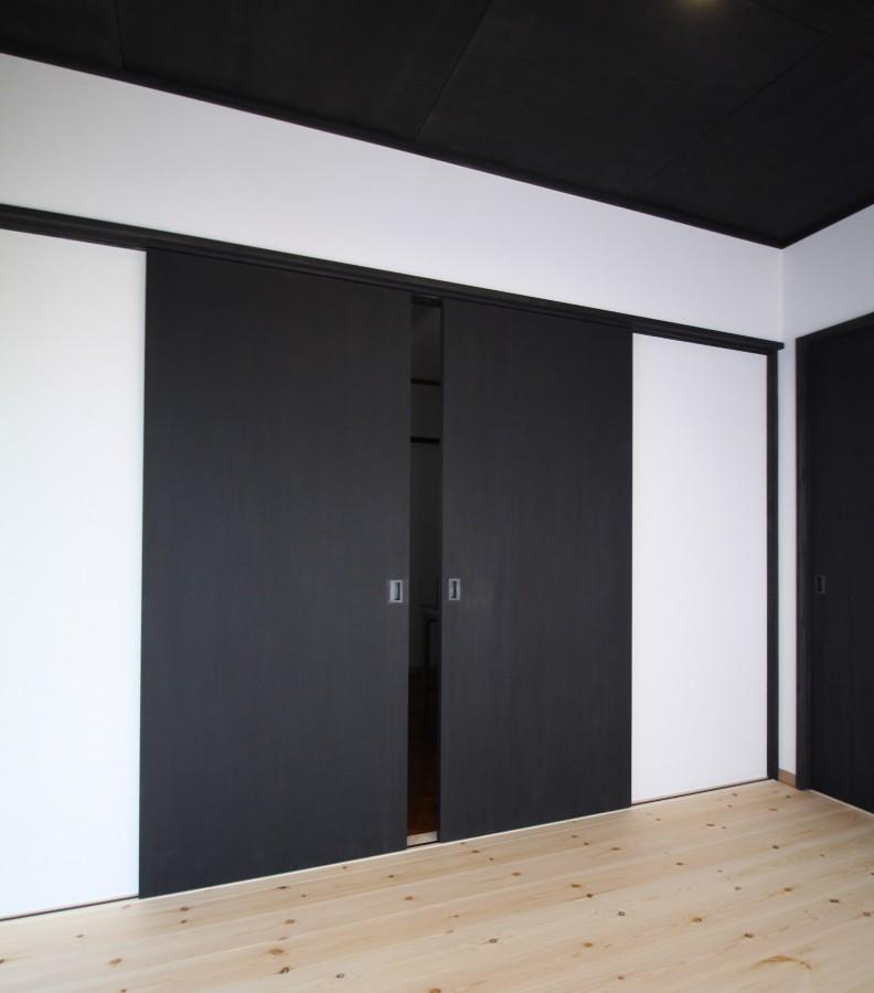 開き戸の色は現場で塗装しました。