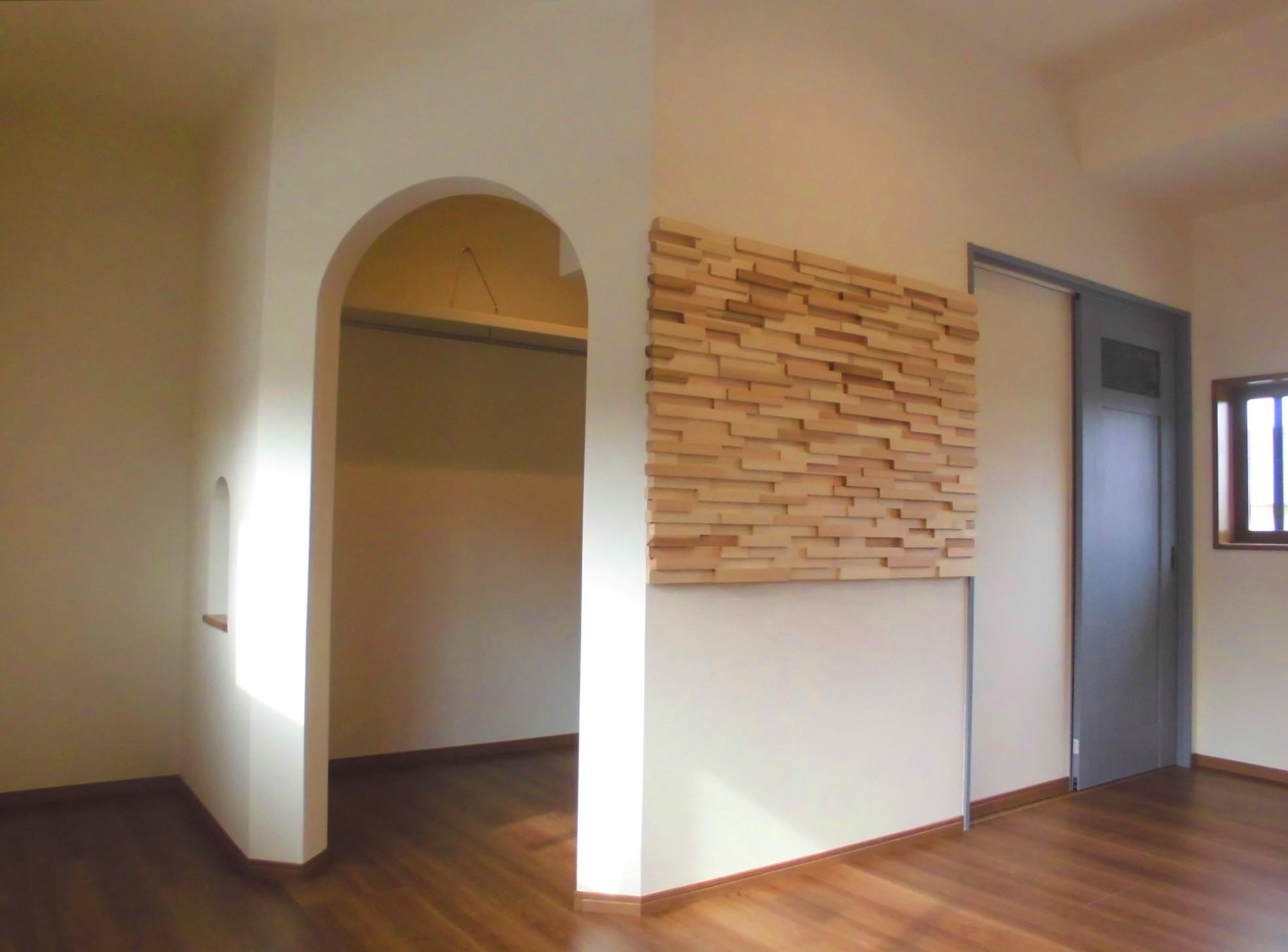 WICの入り口とウッドボード装飾