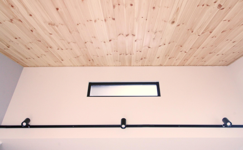 勾配天井のあるリビング